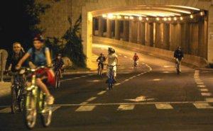 Los niños aprovechan para circular en bicicleta, ese día la calle es de ellos.
