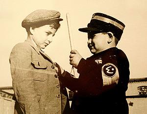 Dos niños judíos juegan a policías en el gueto, de la exposición 'Retratos entrerrados' (Foto: Henryk Ross)