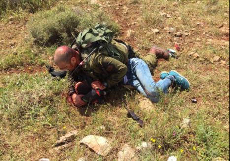 Soldado israelí logra reducira terrorista palestino que le apuñaló
