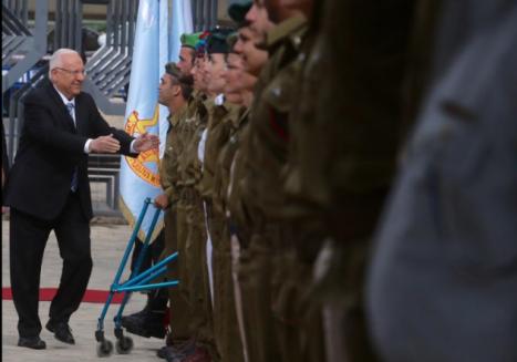 Presidente Rivlin saludando a los soldados