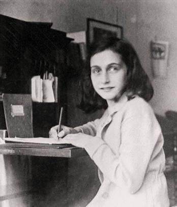 Anna Frank escribiendo