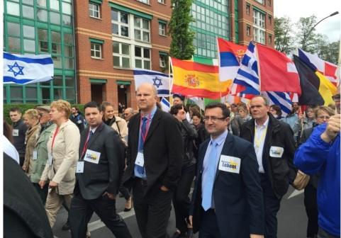 Director del Caucus  de los Aliados Cristianos de la Knesset  Josh Reinstein marcha con el fundador de la Marcha por la Vida Jobst Bittner y el jefe del caucus MK Robert Ilatov (id) en la  Marcha por la Vida de Berlín. (Crédito de la foto: ISRAEL ALIADOS FUNDACIÓN)
