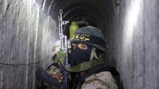 Terroristas palestinos del brazo armado de la Yihad Islámica, las Brigadas Al-Quds, en un túnel, usado para transportar cohetes y morteros preparando el próximo conflicto con Israel, y para entrenamiento militar en el sur de la Franja de Gaza el 3 de marzo de 2015. (Foto: AFP / MAHMUD HAMS)
